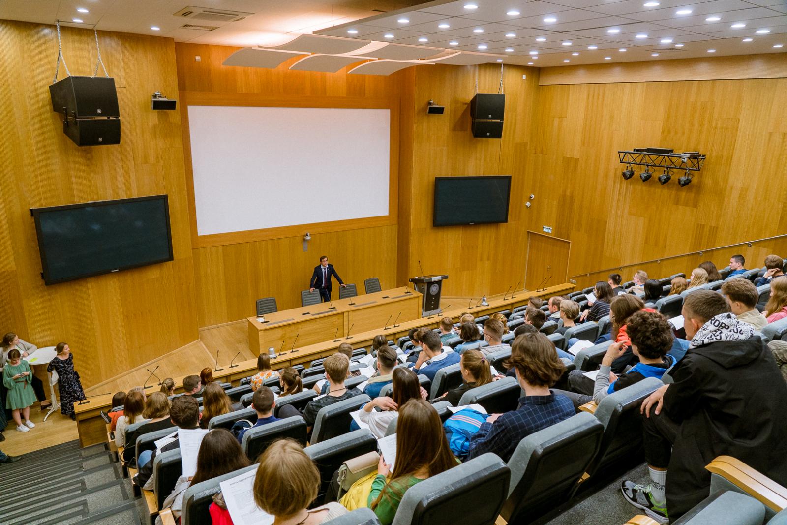 Первокурсники познакомились с дирекцией ВШТМ
