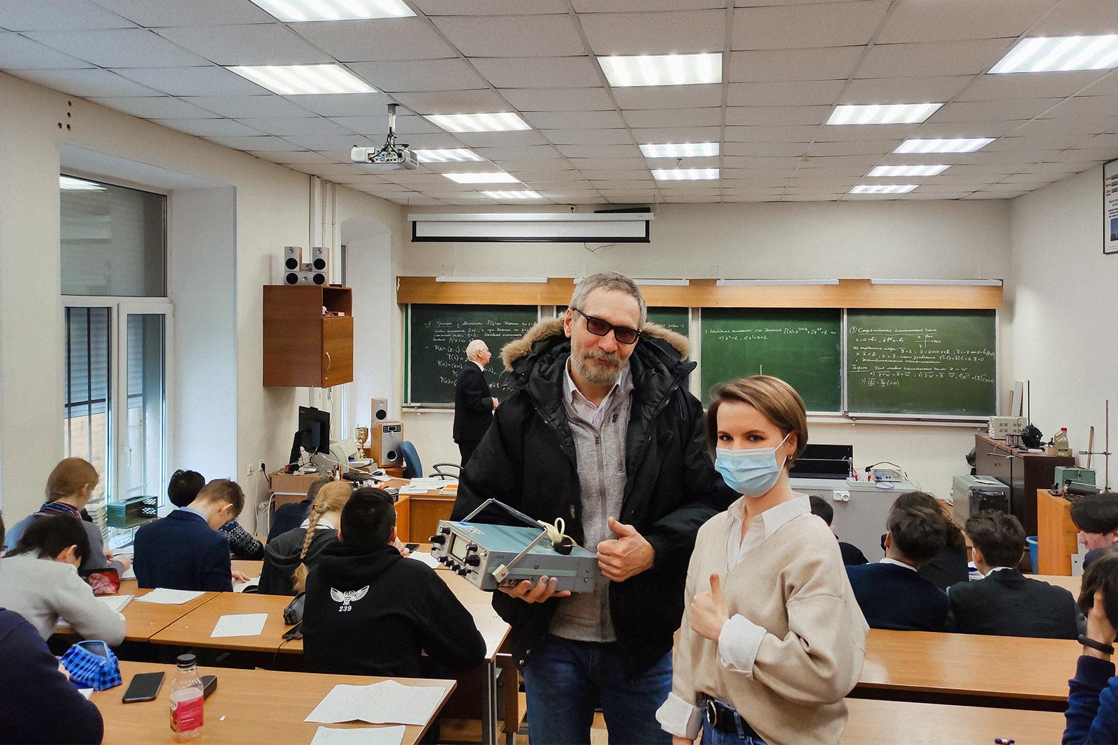 ВШТМ передала Президентскому ФМЛ №239 осциллографы